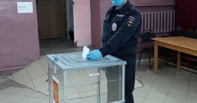 Сотрудники полиции на избирательном участке. Голосуют